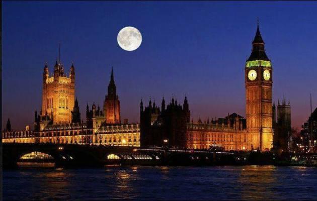 Der Vollmond über London. Man beachte das Bild der verschiedenen Mondkrater.